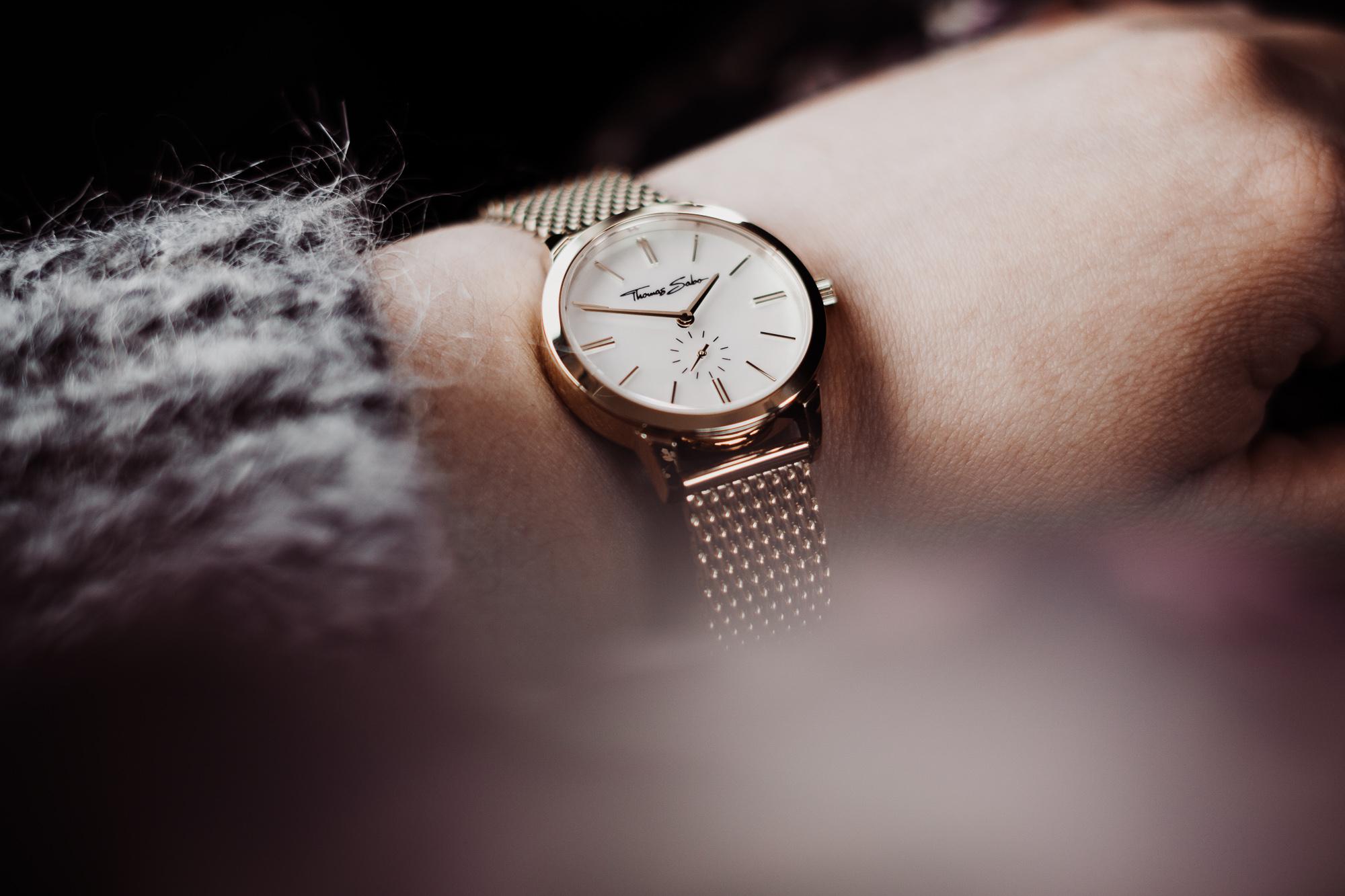 ketten-layering-trend-thomas-sabo-modeblog-infatstyle-fashionblog-plussize-blog-schmuck-trend-oktober-2018-gold-ketten-outfit-uhr-ring