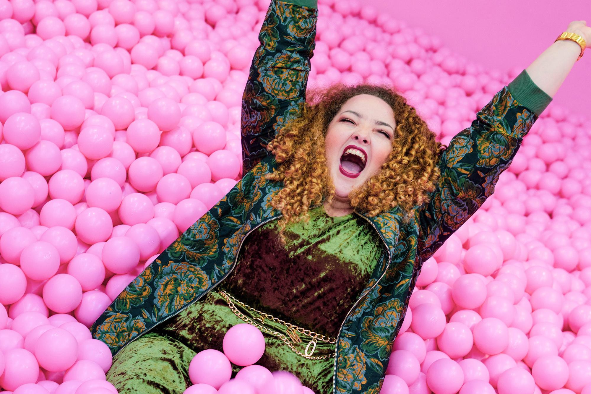 Happy_fat_woman_glücklich_bällebad_dicke_frau_mia_infatstyle